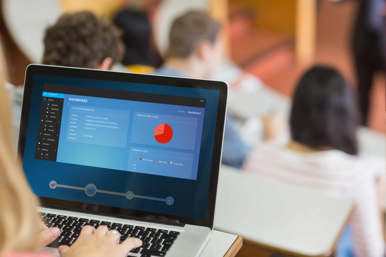 Dator med kontrollpanel på konferens